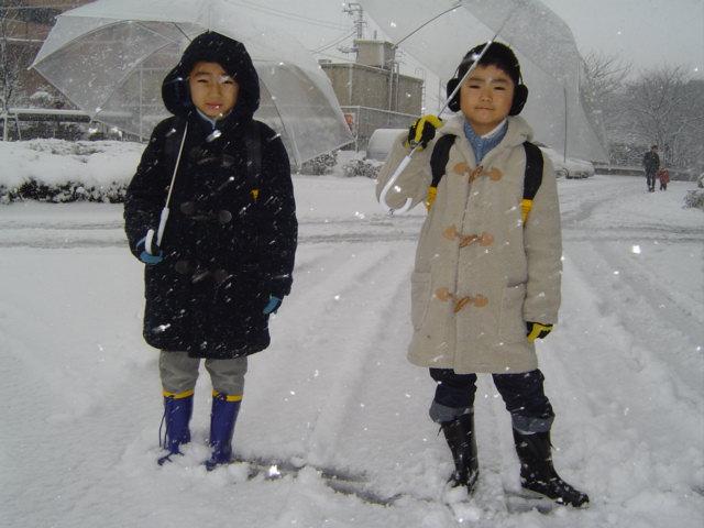 雪の中を出かける子供達