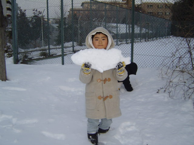 雪遊びする下の子