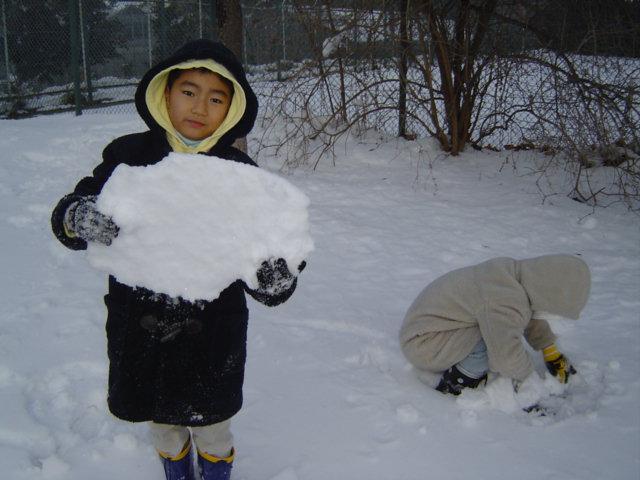 雪遊びするおにいちゃん