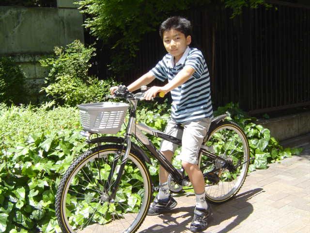自転車で図書館へ出かけるおにいちゃん