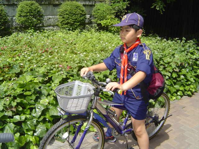 自転車でカブ隊に出発する下の子