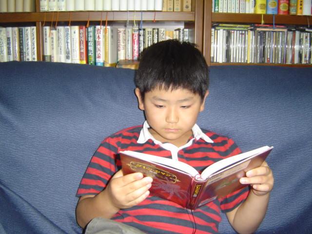 読書する下の子