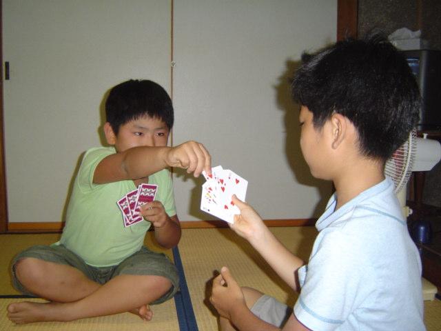 宿でトランプで遊ぶ子供達