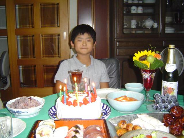 下の子のお誕生祝いのケーキとご馳走