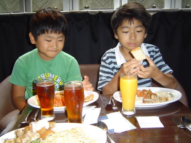 昼食中の子供達