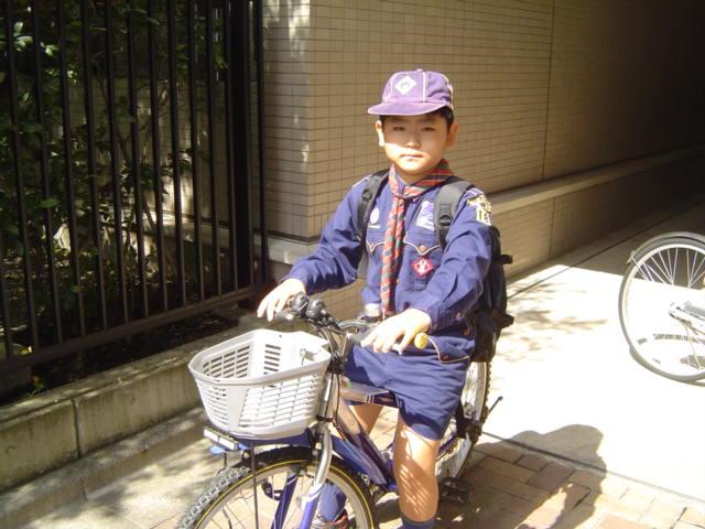自転車でカブ隊に向かう下の子