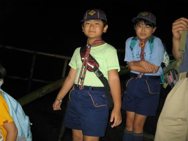 カブ隊の夏期キャンプで富岳風穴に入る下の子 (8月24日撮影)
