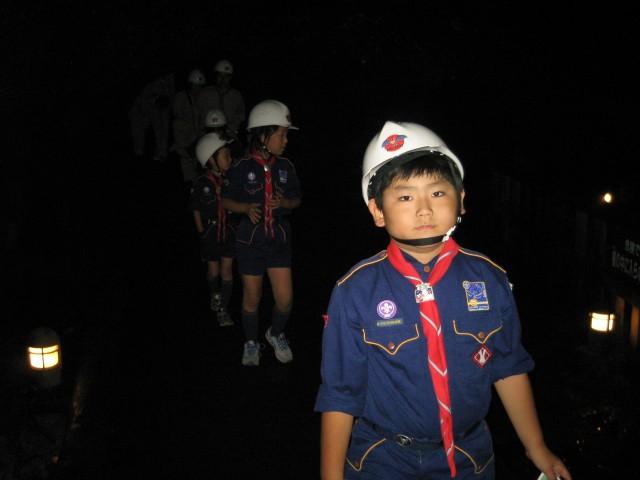 カブ隊の夏期キャンプで西湖のこうもり穴に入る下の子 (8月26日撮影)