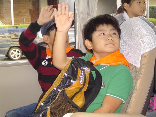 理科教室の野外実習に向かうバスの中で点呼を受ける下の子