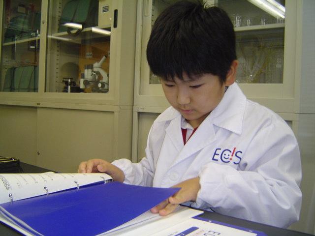 理科教室で白衣姿の下の子