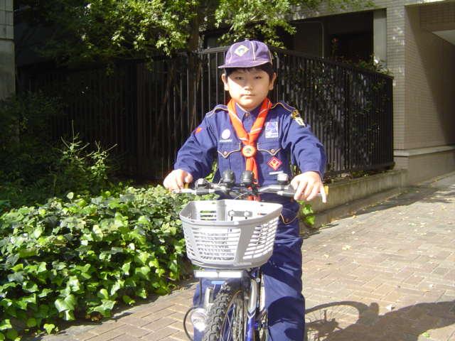 自転車でカブ隊の活動に向かう下の子