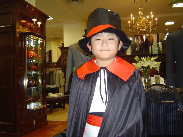 青山通りハロウィン・イベントでドラキュラに扮装する下の子