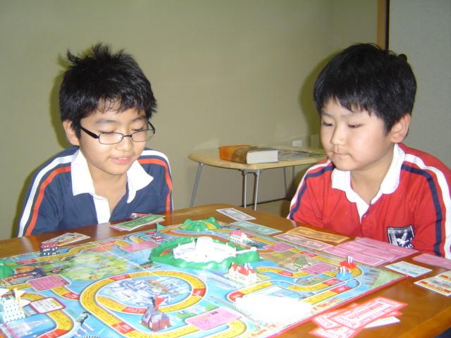 人生ゲームで遊ぶ子供達