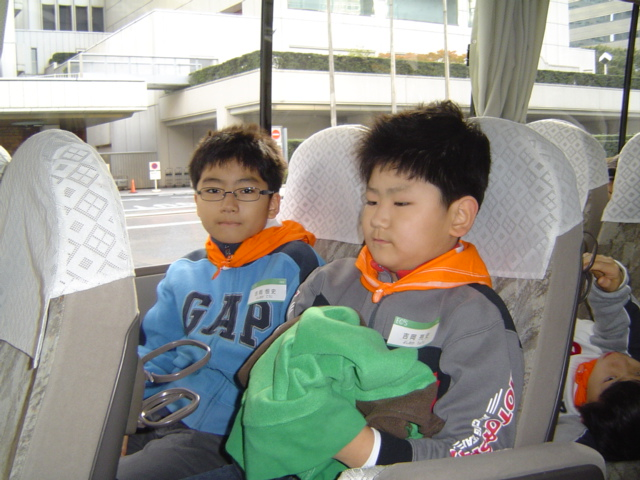 バスに乗って理科教室の野外実習に出かける子供達