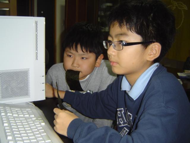 パソコンでゲームを遊ぶ子供達