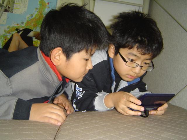 ファイナルファンタジーで遊ぶ子供達