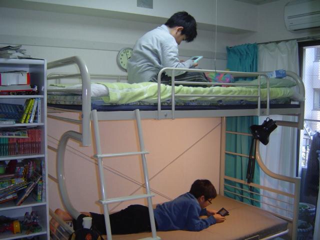 下の子のロフトベッドの上下でゲームする子供達
