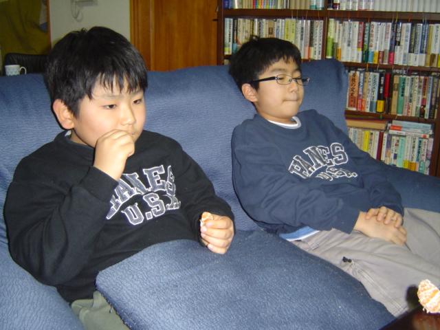 テレビを見る子供達