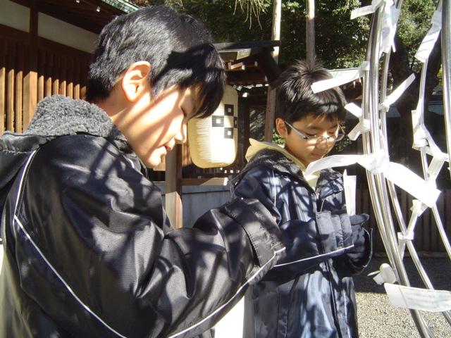 乃木神社の初詣でおみくじを引く子供達
