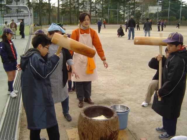 ボーイスカウトの餅つき会にて餅をつく子供達