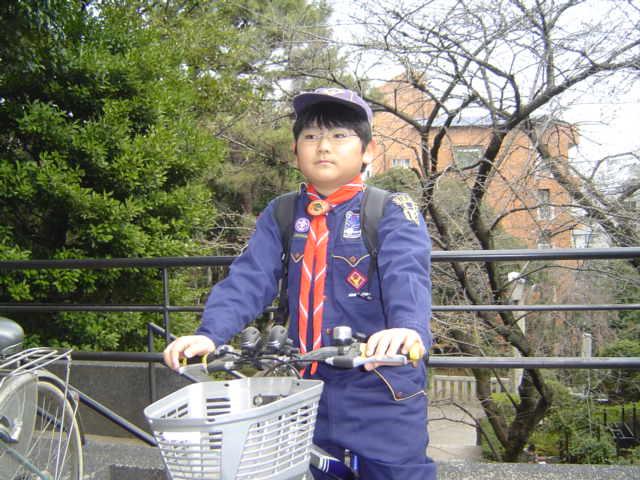 カブ隊の活動を終えて自転車で帰る下の子