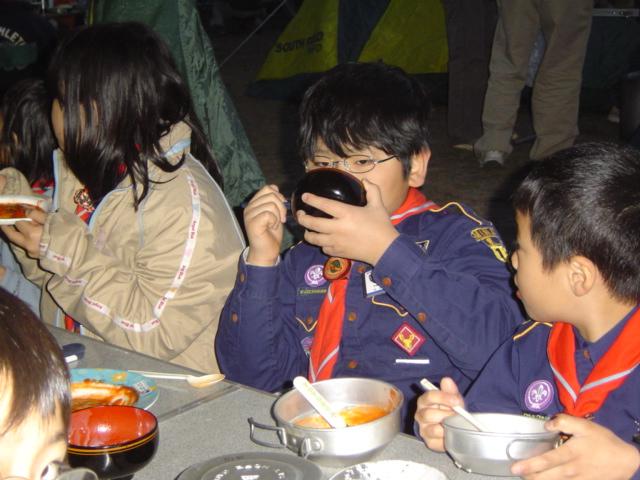 ボーイスカウトのキャンポリーにて夕食中の下の子