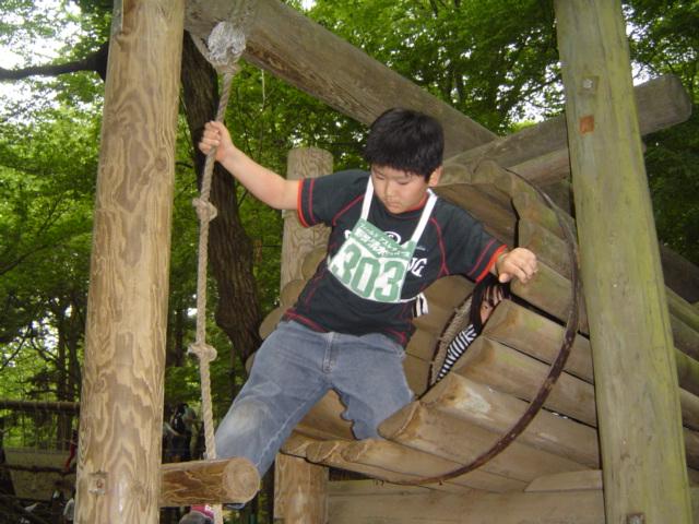 清水公園アスレチックで遊ぶ下の子