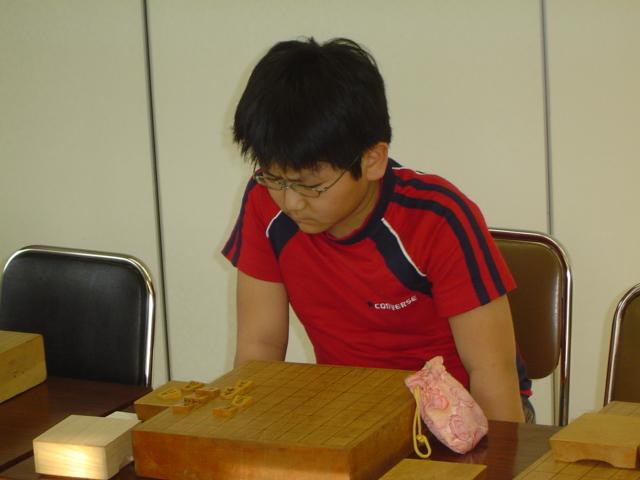 将棋会館道場のビギナーズセミナーにて詰め将棋を解く下の子