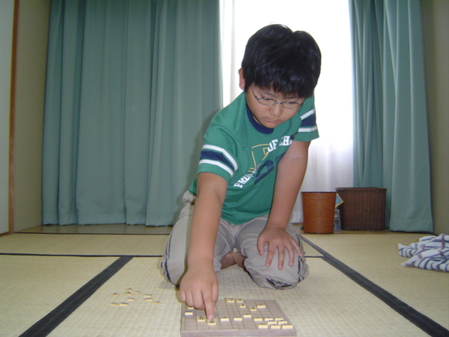 将棋を指す下の子