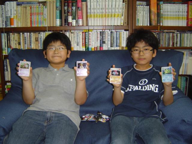 ポケモン・カードのお土産の子供達