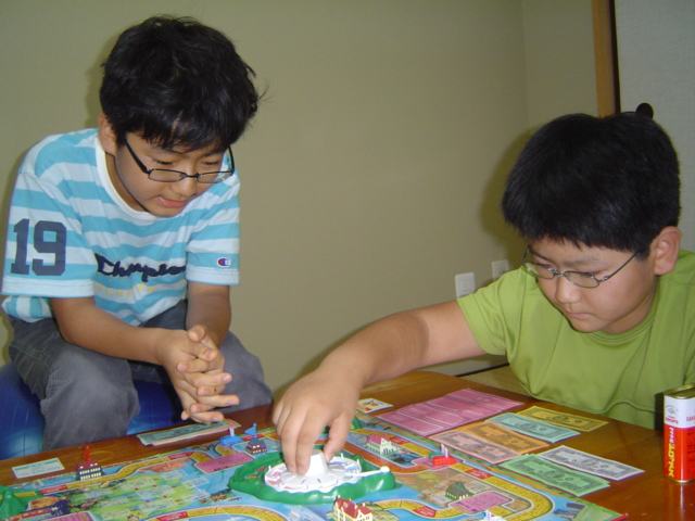人生ゲームをする子供達