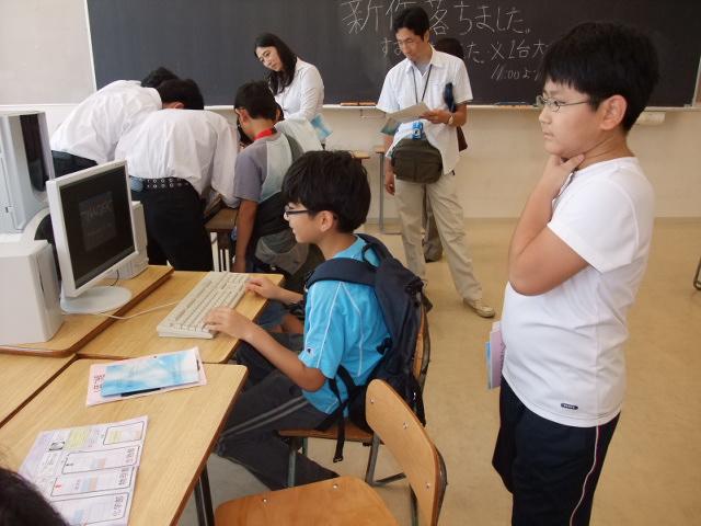 海城祭にてパソコンゲームで遊ぶ子供達