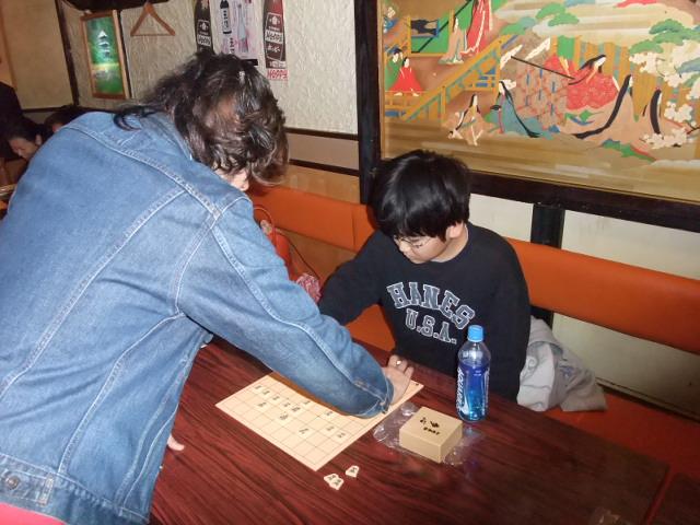 天野三段の将棋教室にて指導を受ける下の子