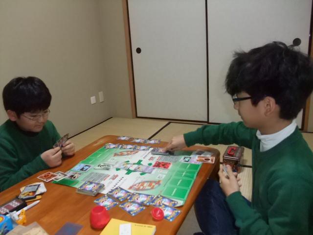 ポケモン・カードゲームで遊ぶ子供達