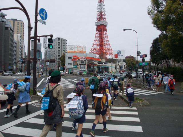 ユニセフ・ラブウォークに参加し東京タワーを目指すスカウト一行