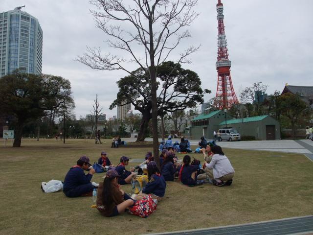 ユニセフ・ラブウォークに参加し芝公園で昼食のスカウト一行