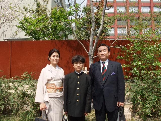 おにいちゃんの中学入学式を終えて親子で記念撮影