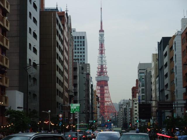 三田2丁目の交差点からみた東京タワー