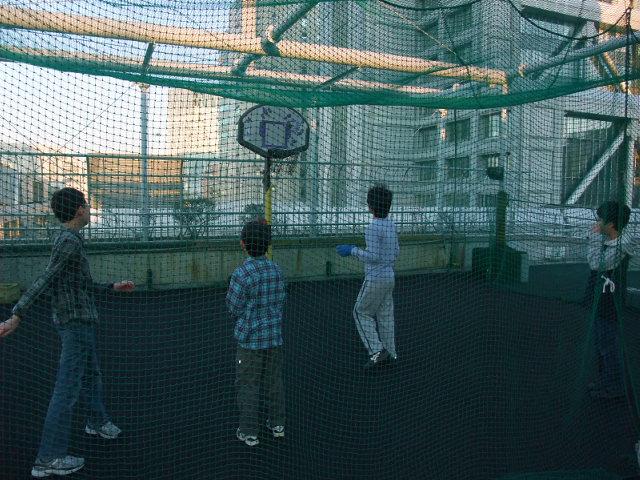 こどもの城で友達とバスケをして遊ぶおにいちゃん