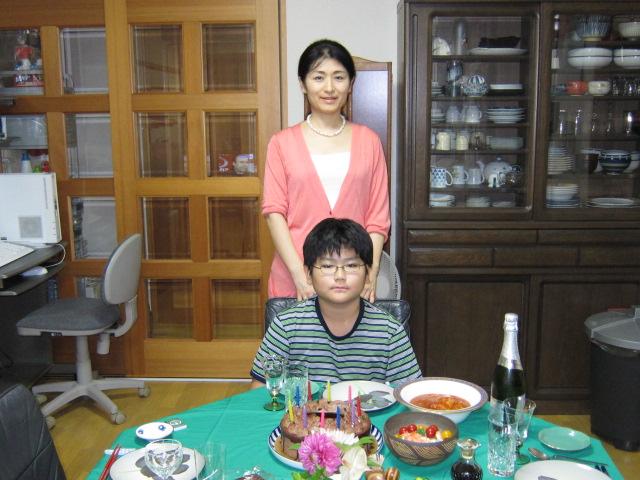 お誕生祝いのごちそうを前に下の子とおかあさん