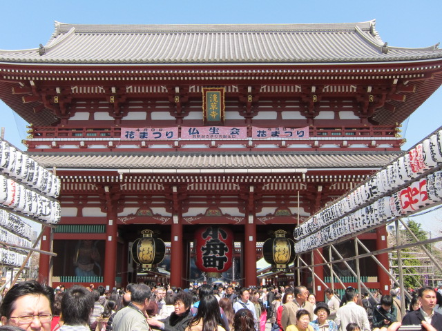 十三参りで浅草寺に参詣 (本殿)